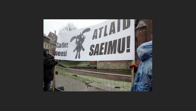 Juridiskā komisija atbalsta Zatlera piedāvāto Saeimas atlaišanas kvorumu