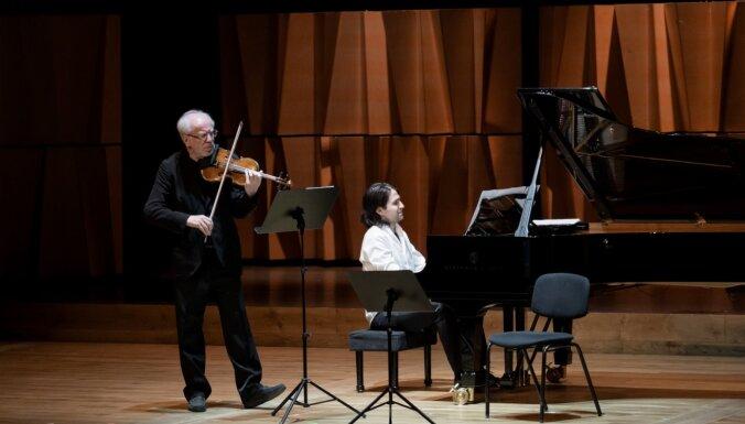 Foto: Cēsīs izskanējis klātienes koncerts ar Gidona Krēmera piedalīšanos