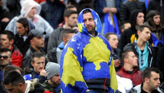 Jāturpina Kosovas un Serbijas teritoriju apmaiņu diskusijas, mudina ES komisārs