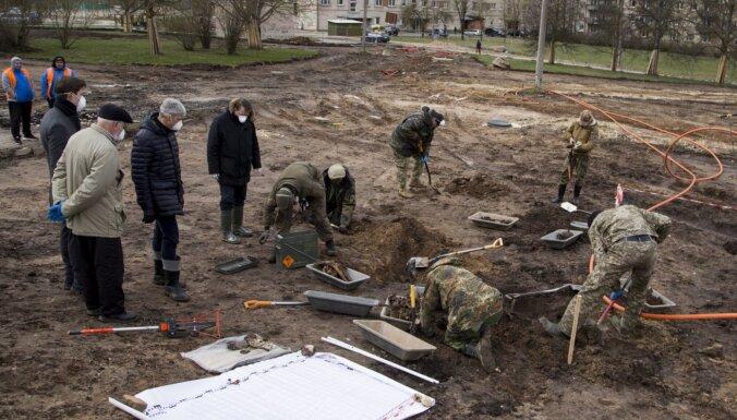 Foto: Veicot parka labiekārtošanu, Rēzeknē uzieti masu apbedījumi