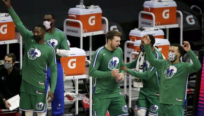 'Mavericks' ar graujoši uzvarētu pirmo puslaiku uzstāda jaunu NBA rekordu