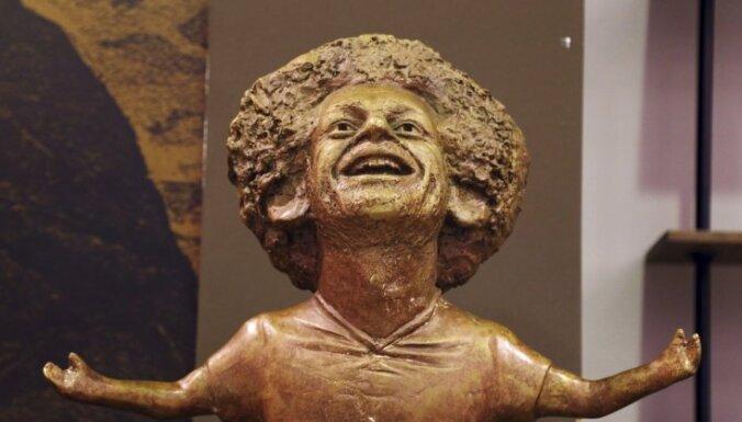 Internetā izsmej Ēģiptē izveidoto Mohameda Salāha bronzas statuju