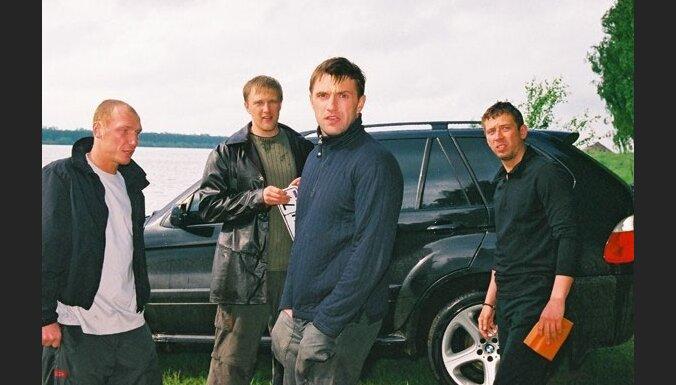 Video: kāzu kortežs Čečenijā un Maskavā kā filmās par bandītiem