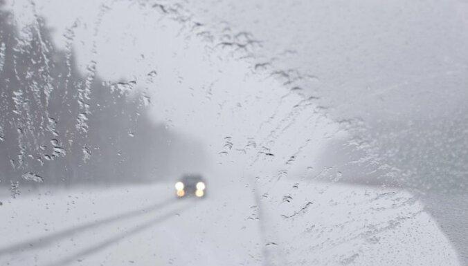 Latvijas austrumos vietām gaidāmi pamatīgi nokrišņi; ceļi būs slideni