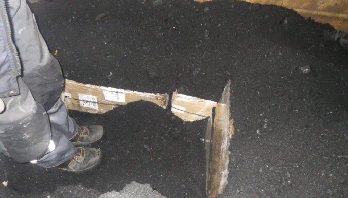 ФОТО: Таможенники в грузе с углем нашли 100 000 контрабандных сигарет