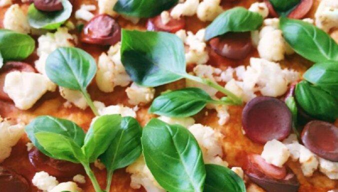 Pica ar ziedkāpostiem, desiņām un fetas sieru