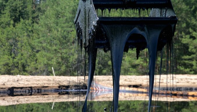 Из Южного пруда в Инчукалнсе вычерпали треть всего гудрона