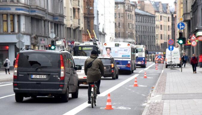 Čaka ielas velojoslu 'eksperimentu' Rīgā plāno turpināt līdz septembrim