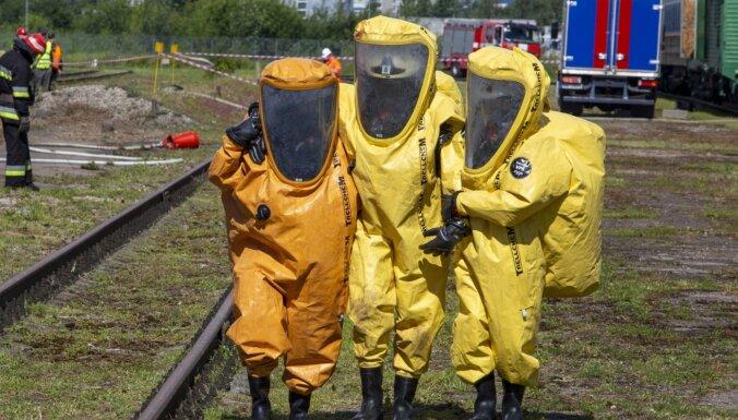 ФОТО: LDz провела учения, имитирующие железнодорожную катастрофу с утечкой опасных веществ