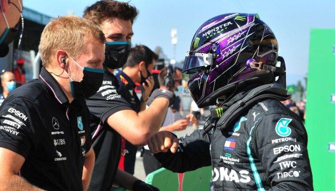 Hamiltons Moncā uzstāda divus rekordus un izcīna jau sesto šīs sezonas 'pole position'