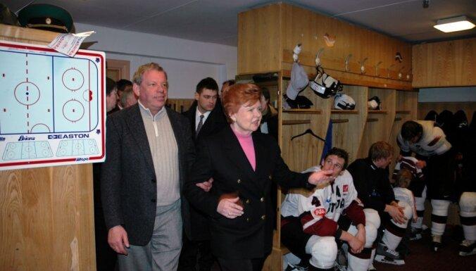 Unikāli kadri no leģendārā hokeja mača – prezidente Vīķe-Freiberga ģērbtuvē sveic varoņus