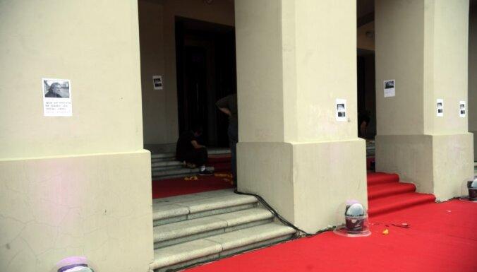 """ФОТО: кучка активистов осудила оперу, которая """"продалась"""" Крутому"""