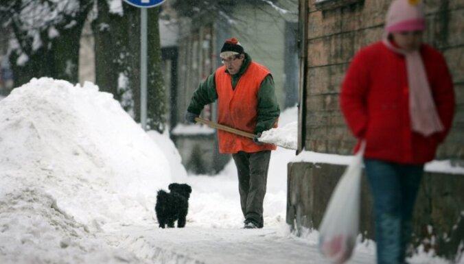 За неубранный с тротуаров снег и льда— штраф до 1000 латов