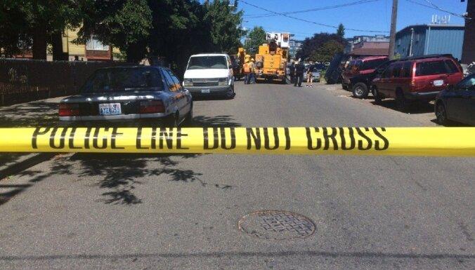 Policisti Sietlā arestē vīrieti, kurš 12 stundas pavadīja uzrāpies kokā