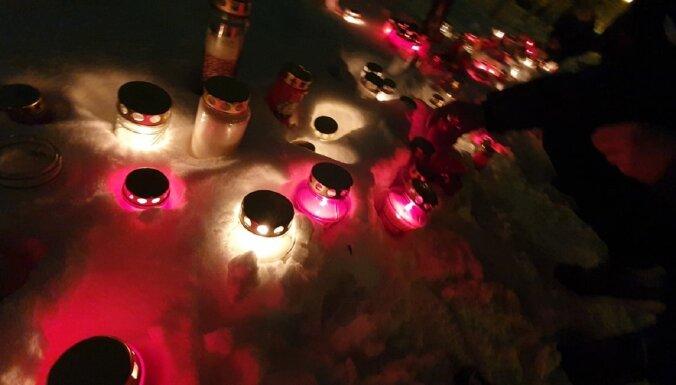 За упокой латвийской экономики: латвийцы принесли свечи к замку президента