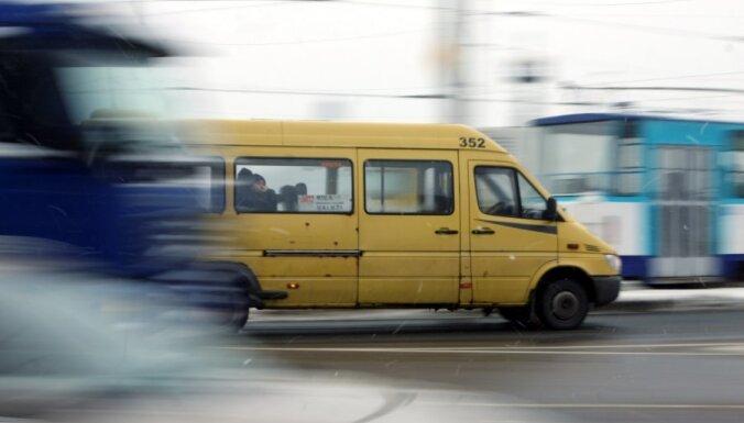 Taksometru kari: 'Taksi.LV' šoferiem izsaka draudus