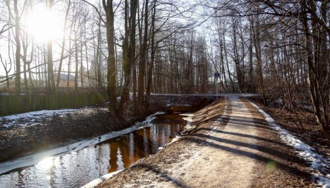 Pirmdien Latvijā vien dažviet īslaicīgi līs
