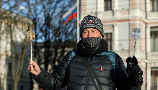 ФОТО: В Риге и Даугавпилсе прошли пикеты в поддержку Навального