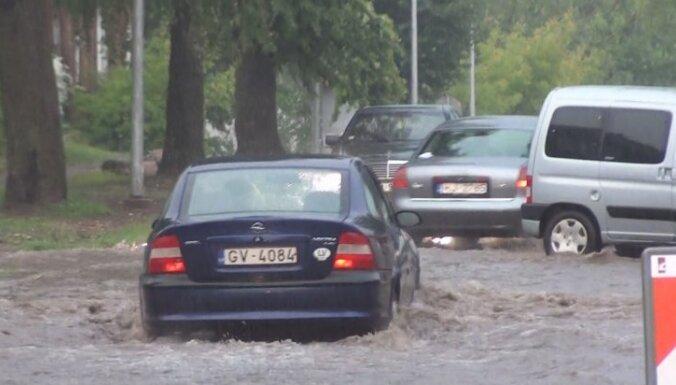 Lietusgāzes Rēzeknē appludina vairākas ielas