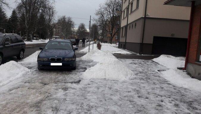 'Kā gribu, tā parkojos' – autovadītājs Teikā savu spēkratu novietojis uz ietves