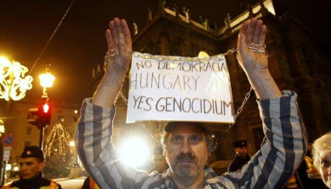 Desmitiem tūkstoši cilvēku protestē pret jauno Ungārijas konstitūciju