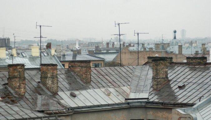 Nepilngadīgu jauniešu kompānijai liedz uzturēties uz deviņstāvu ēkas jumta