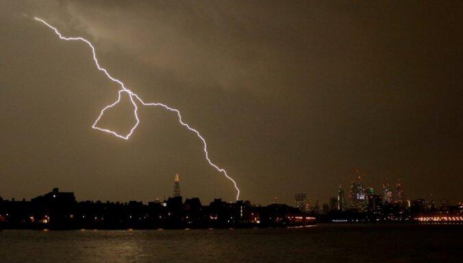 Лондонский аэропорт задержал десятки рейсов из-за удара молнии по системе заправки
