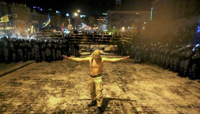 Specvienības iebrūk Kijevas Neatkarības laukumā; ASV pauž 'riebumu'