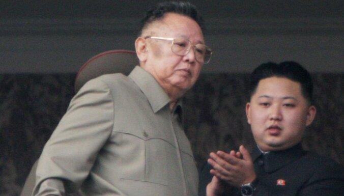 Kima Čenira nāve: dēls un amata mantinieks Kims Čenuns pasludināts par 'dižo pēcteci'