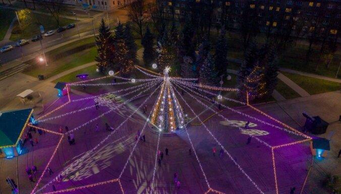 Foto: Daugavpils ietērpusies krāšņā Ziemassvētku rotā