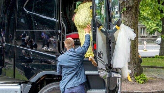 Igaunijā līgava uz kāzām ierodas kravas auto