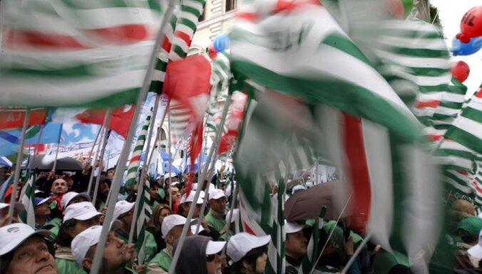 Romā tūkstošiem cilvēku protestē pret pensiju reformām
