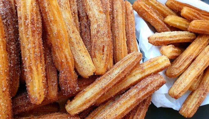 Spāņu 'churros' cepumi kanēļa cukura 'kažociņā'