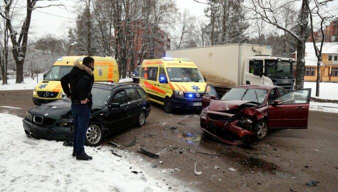 Foto: Divu auto sadursmē Ogrē cietuši trīs cilvēki