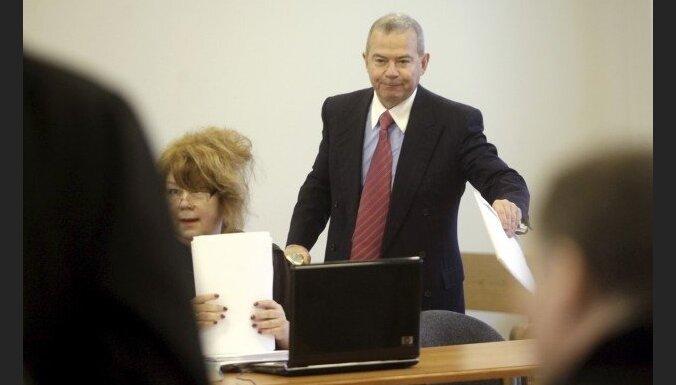 Lembergs nezina, kam pieder auto, ar kuru viņš regulāri tiek vests uz tiesas sēdēm Rīgā