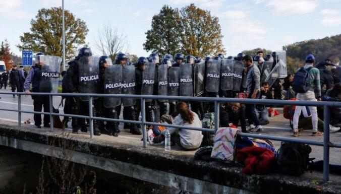 Foto: Migrantu un policijas sadursmes uz Bosnijas-Horvātijas robežas