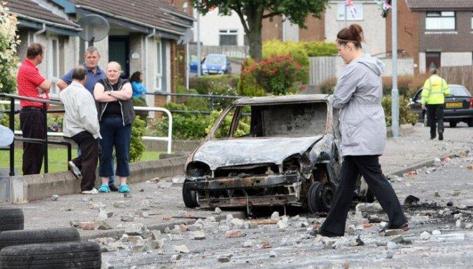"""Ирландцы разминаются перед """"парадом оранжистов"""": ранено пять полицейских"""