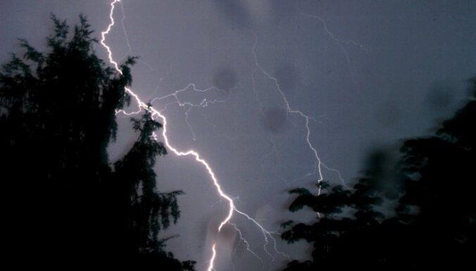 Синоптики предупреждают о надвигающейся грозе, возможных ливнях и граде