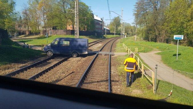 Между Засулауксом и Торнякалнсом на рельсах застряла машина: движение поездов нарушено (ФОТО)