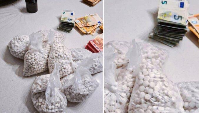 Rīgā pie vīrieša atrod lielu daudzumu narkotiku, šaujamieroci un munīciju