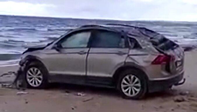 ФОТО. В Юркалне на пляже найден разбившийся автомобиль: водитель погиб