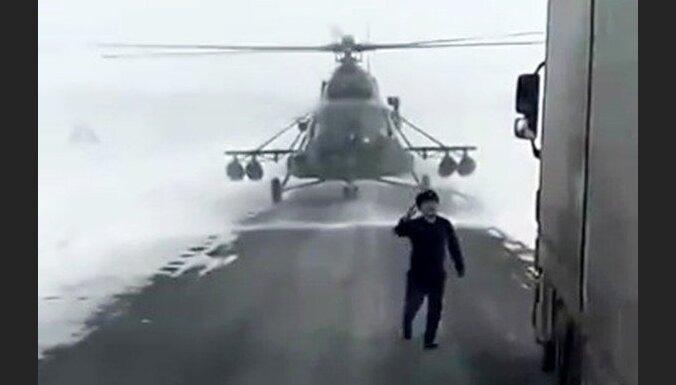 Kazahstānā helikopteru nolaiž uz šosejas, lai paprasītu ceļu