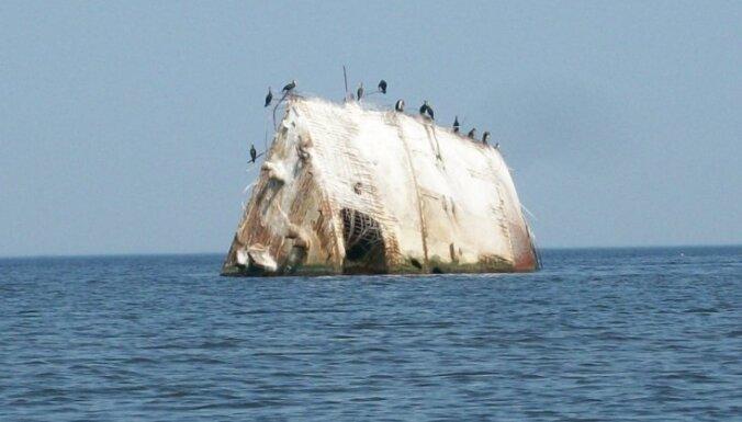 Vairāk nekā 60 gadus Mangaļsalas piekrasti izdaiļo betona kuģa vraks