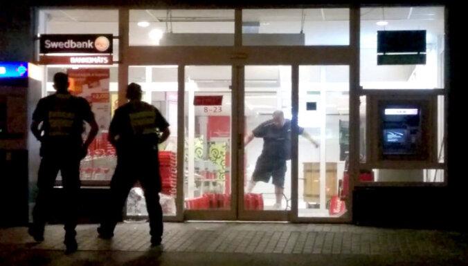 Video: Dūšīgs kungs Vecmīlgrāvī 'iziet' cauri veikala stiklam un sper pa sienu