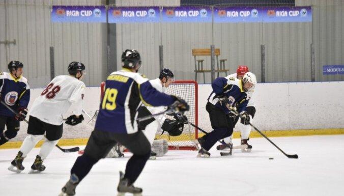 Foto: Saeimas deputāti hokejā pieveic Valsts policijas komandu