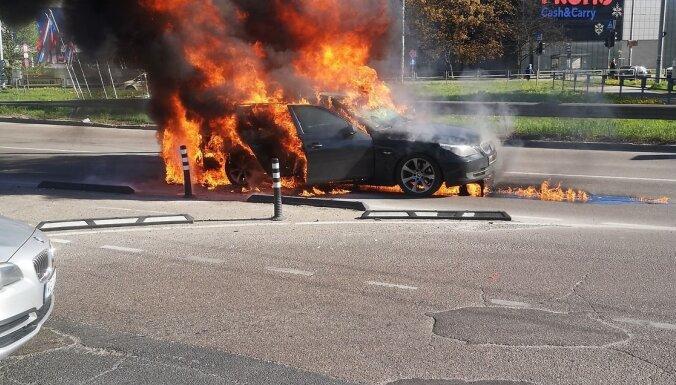 Rīgā pie tirdzniecības centra 'Domina' pilnībā sadegusi automašīna