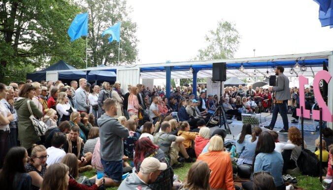 Foto: Sarunu festivāls 'Lampa' pulcējis vairāk nekā 20 000 apmeklētāju