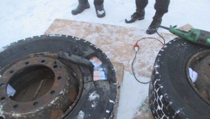 ФОТО. Дальнобойщик спрятал в покрышках полторы тысячи пачек сигарет