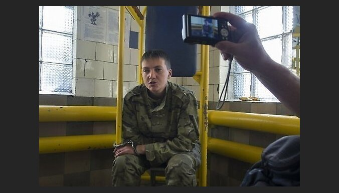 Apcietinātā Ukrainas pilote apstiprina, ka uz Krieviju izvesta 'ar maisu galvā'