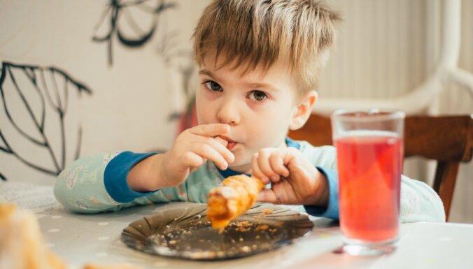 Bērndārznieks un galda manieres – kā iemācīt necūkoties un ēst kārtīgi